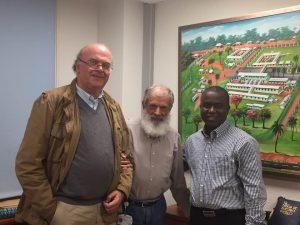 Ezequiel Pérez, administrador de Villa Reyes S.L, junto a los Hermanos de San Juan de Dios, Fernando Aguiló y Michael M. Koroma, este último gerente del hospital sierraleonés