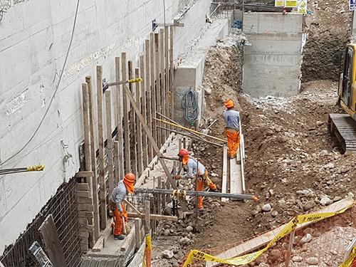 Obreros en Juan de Aliaga Villa Reyes Constructora